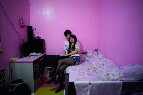 Jiang Ying, de 24 años, camarero del interior de Mongolia, y su novia, Li Ying, 23 años, oficinista de la provincia de Jiangxi; 2011. © Sim Chi Yin. Cortesía VII photo agency.