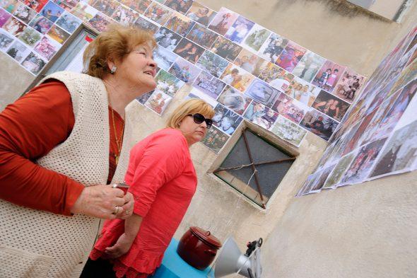 """Vecinos observan la exposición """"Gente de aquí"""". Foto: Roberto Villalón."""