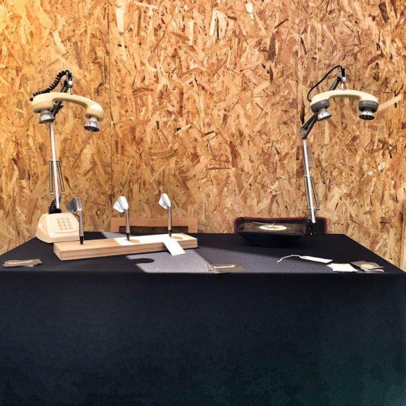 Teléfonos y palos de golf reciclados. Foto: Manuel Cuéllar.