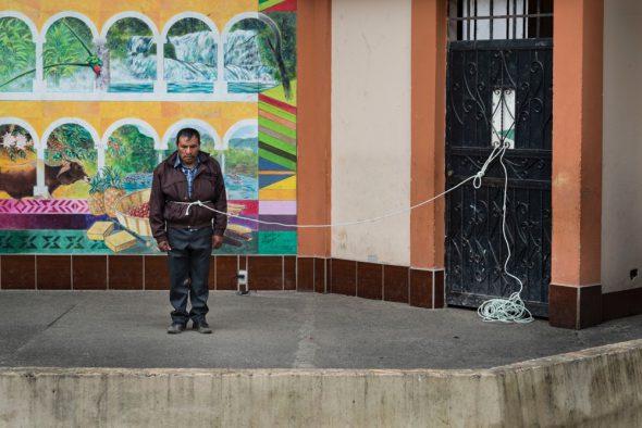 21 noviembre 2014.  Miguel Tomás Sebastián fue capturado por vecinos de Santa Cruz de Barillas (Guatemala) acusado de intentar matar a líderes comunitarios que se oponen a la hidroeléctrica española Ecoener. El tuvo que caminar atado por el pueblo antes de ser sometido a un juicio público en el parque. Las leyes mayas determinan que, en caso de conflicto entre comunidades, se puede aplicar su propia justicia.   La llegada de algunas compañías extranjeras a América Latina ha provocado abusos a los derechos de las poblaciones indígenas y represión a su defensa del medio ambiente. En Santa Cruz de Barillas, Guatemala, el proyecto de la hidroeléctrica española Ecoener ha desatado crímenes, violentos disturbios, la declaración del estado de sitio por parte del ejército y la encarcelación de una decena de activistas contrarios a los planes de la empresa. Un grupo de indígenas mayas, en su mayoría mujeres, mantiene cortado un camino y ha instalado un campamento de resistencia para que las máquinas de la empresa no puedan entrar a trabajar. La persecución ha provocado además que algunos ecologistas, con órdenes de busca y captura, hayan tenido que esconderse durante meses en la selva guatemalteca. En Cobán, también en Guatemala, la hidroeléctrica Renace se ha instalado con amenazas a la población y falsas promesas de desarrollo para la zona. Como en Santa Cruz de Barillas, el proyecto ha dividido y provocado enfrentamientos entre la población. La empresa ha cortado el acceso al río para miles de personas y no ha respetado la estrecha relación de los indígenas mayas con la naturaleza. © Calamar2/Pedro ARMESTRE