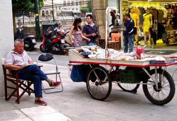 Vendedor ambulante en Atenas. Foto: Ana Estéban.
