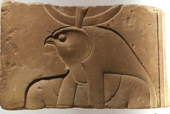 Relieve: busto de un dios con cabeza de halcón. Periodo Ptolemaico.