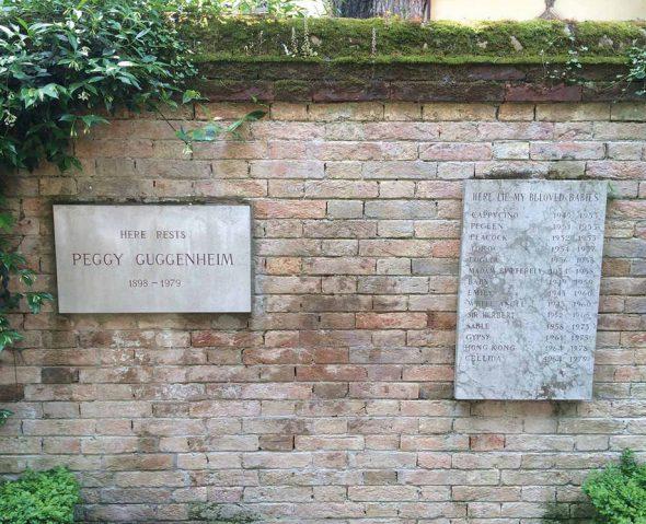La tumba de Peggy Guggenheim en Venecia junto a la de sus perritos.