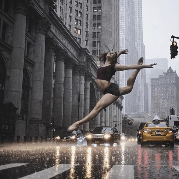 """""""Cuando empieza a llover y tu bailarina te dice. """"Está bien, sigamos"""". La bailarina es Mari Sharpe. Fotografiada en el New York City Hall. Foto: Omar Z. Robles. (Pincha en la imagen para ir a Instagram)."""
