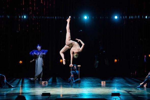 La contorsionista sobre bastones.