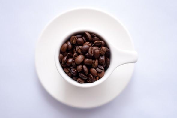 Taza con granos de café. Foto: Pixabay.