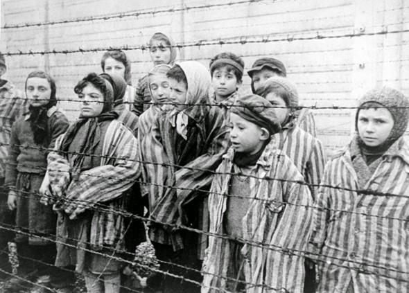 Niños en el campo de concentración de Auschwitz.