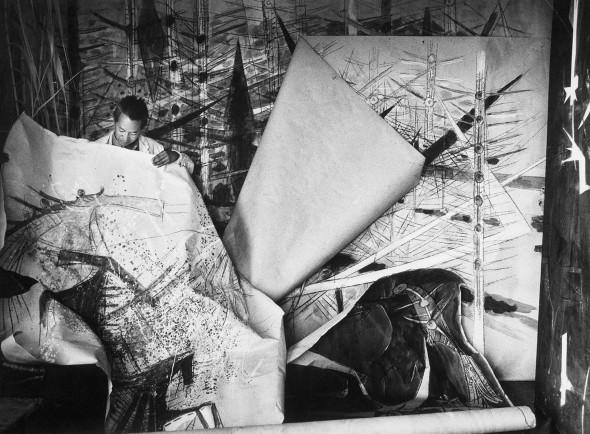 Wifredo Lam ante una de sus obras de la serie Brousses en su taller de Albissola, 1963. Foto: Archivos SDO Wifredo Lam.