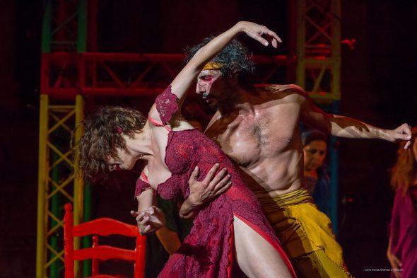 Aida Gómez y XXX en su sensual número de danza. Fotografía de Jero Morales.