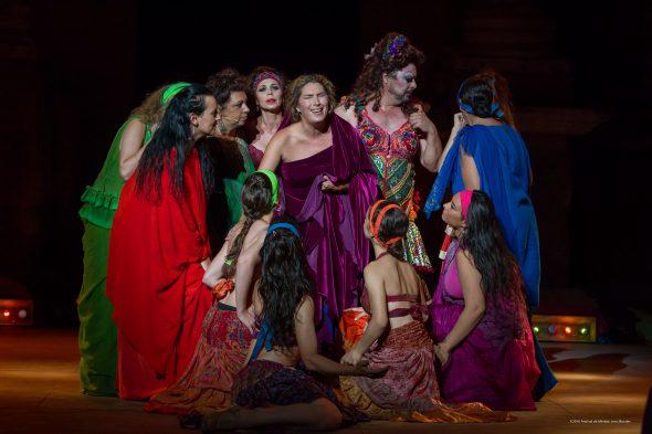 Estrella Morente, en el centro, con todo su coro de mujeres en 'Lisístrata'. Fotografía de Jero Morales.