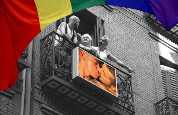 Alexis W., el primero por la izquierda en uno de los balcones de la calle Pelayo de Madrid en las que cuelga su series llamadas 'La ventana indiscreta'.