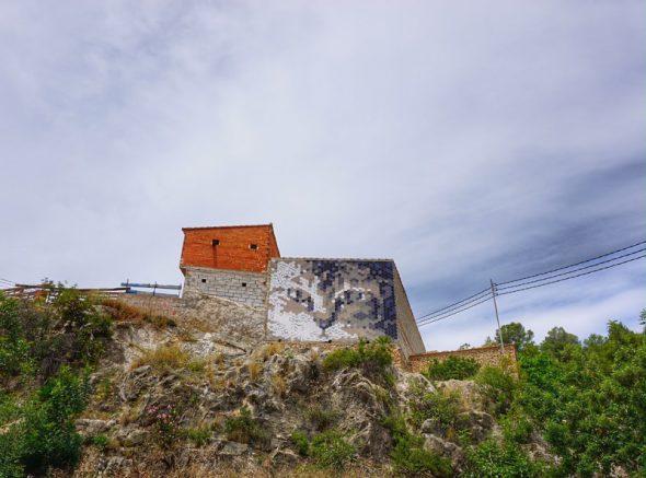 Piezas hexagonales sirven para formar la imagen de un gatito en un edificio de Fanzara. Foto: Manuel Cuéllar.