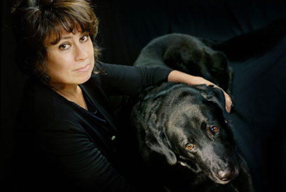 La escritora Laura Restrepo con su perro.