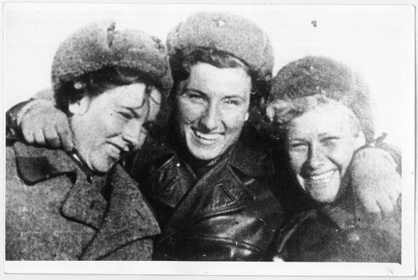 De izquierda a derecha, una piloto sin identificar y otras dos aviadoras, Katya Budanova y Zhenya Prokhorova.