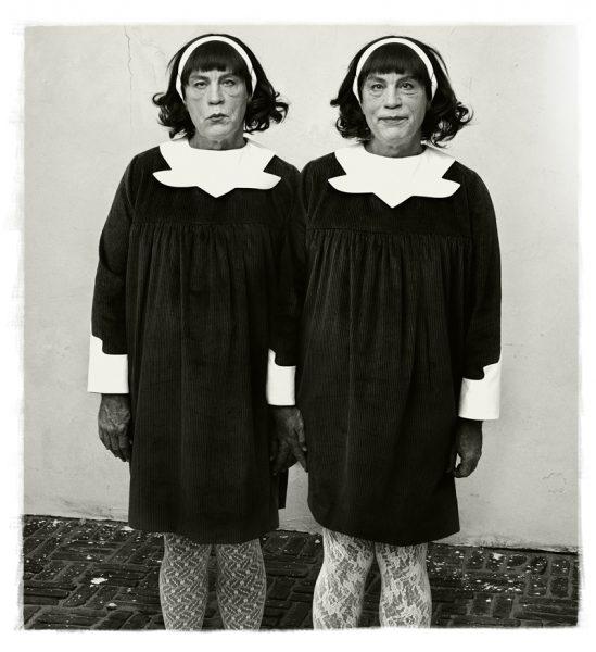 Malkovich como las dos gemelas idénticas fotografiadas originalmente por Diane Arbus en Nueva Jersey en 1967. Foto: Sandro Miller.