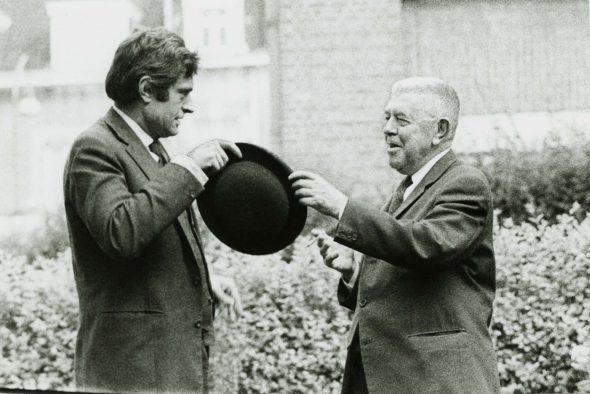 Marcel Broodthaers con René Magritte, Bruselas, 1966. Foto: Maria Gilissen.