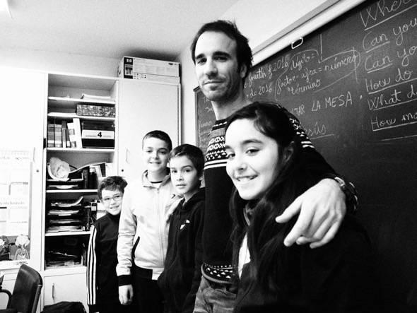 Héctor y sus cuatro alumnos en el último curso de la escuela rural de Moros (Zaragoza), que este curso cerró.