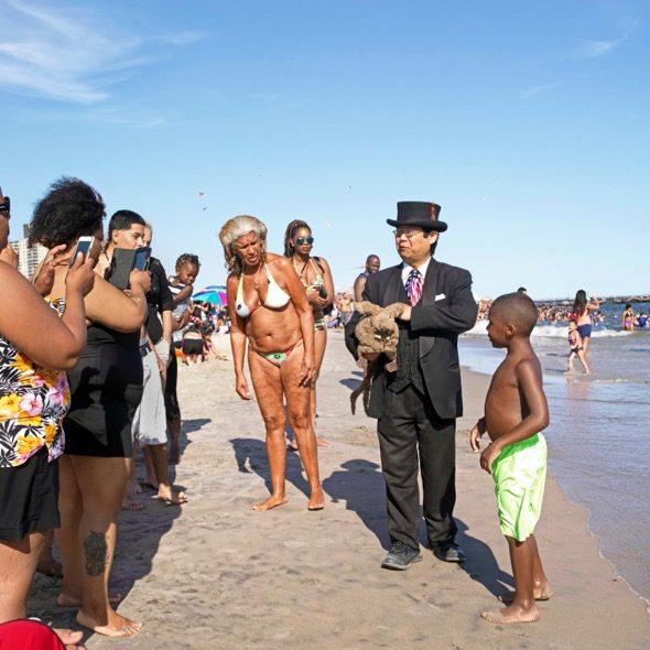 El día del trabajo un hombre oriental pasea por la orilla de la playa en Coney Island con un conejo de peluche que atraía la atención de los bañistas. Foto: Ana Nance.