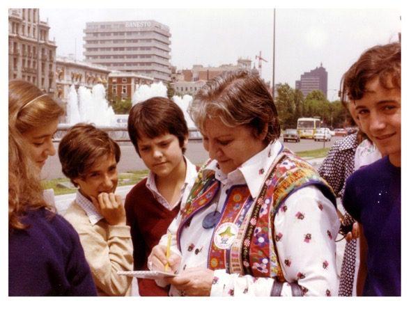 Gloria Fuertes firmando autógrafos en el centro de Madrid.