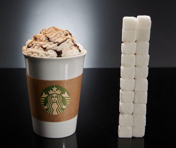 Un café del Starbucks (variedad Mocca Blanco venti, con nata y sirope de chocolate) tiene 80gr de azúcar, lo que equivale a 20 terrones. ¡10 veces más de lo habitual en un café!