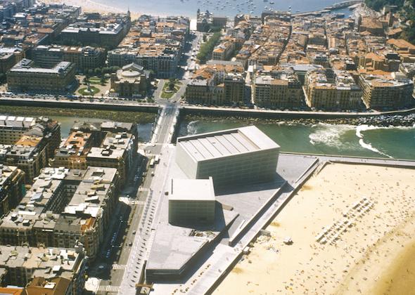 Auditorio Kursaal vista aérea, 1990-1999. Fotografía F. O. A cortesía de la Fundación Barrié.