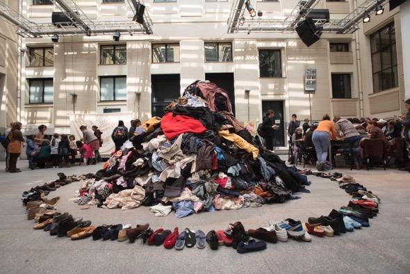 Semana de la Ropa Limpia. La montaña de ropa de segunda mano que presidirá los dos días del Maratón de Reciclaje Creativo en La Casa Encendida.