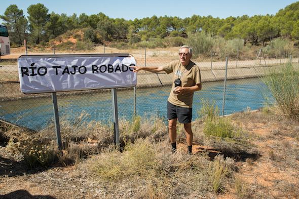 """Alejandro Cano, en una de las excursiones a la cabecera del Tajo, ante el canal """"Trasvase Tajo-Segura"""", bautizado por los activistas como """"Río Tajo robado""""."""