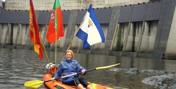 """Soledad de la Llama, en piragua, en 2010, al pie de la presa de Cedillo, en Portugal, en una de las ediciones de la bajada piraguista """"Vogar contra la indiferencia"""" que organiza Pro Tejo."""