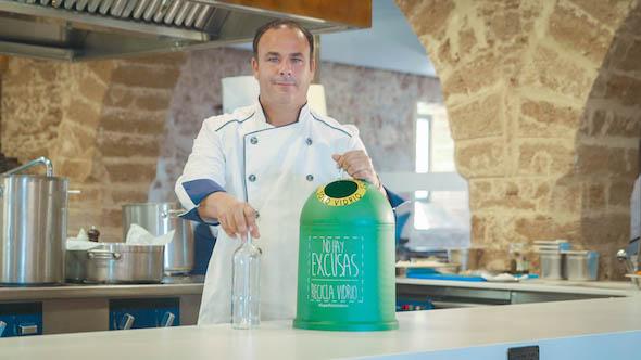El chef del mar, Ángel León en la campaña de reciclaje de vidrio de Ecovidrio. Foto: Ecovidrio.