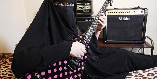 La guitarrista de heavy metal Gisele Marie Rocha es uno de los personajes preferidos por los medios para hablar de la mujer musulmana.