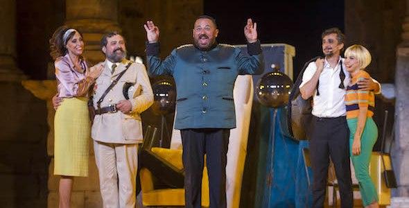 El actor Pepón Nieto en el centro en un momento de La comedia de las mentiras. Foto: Jero Morales