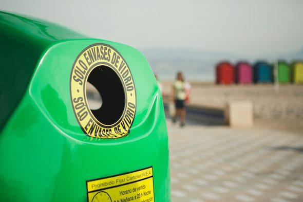 Un contenedor de reciclaje de vidrio.
