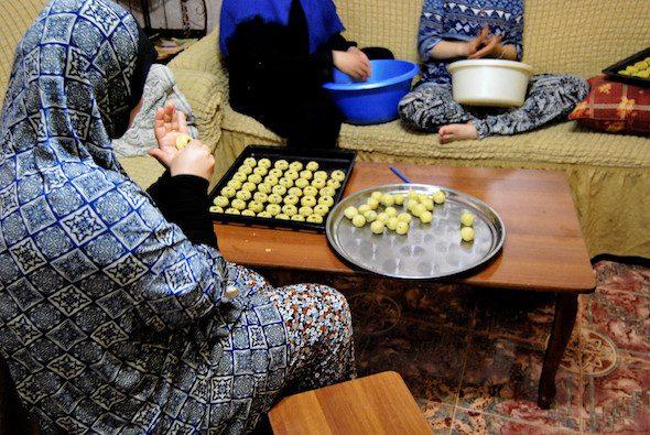 Mujeres cocinando dulces en el campo de refugiados.