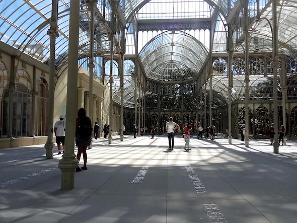 Obra de Doris Salcedo en el Palacio de Cristal de Madrid.