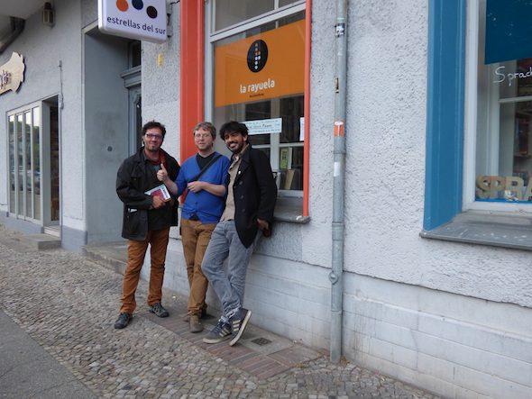 El editor Juanje Sanz, el organizador de la Latinale, Timo Berger, y el escritor y profesor Jorge Locane, en La Rayuela. Foto: C.M.S