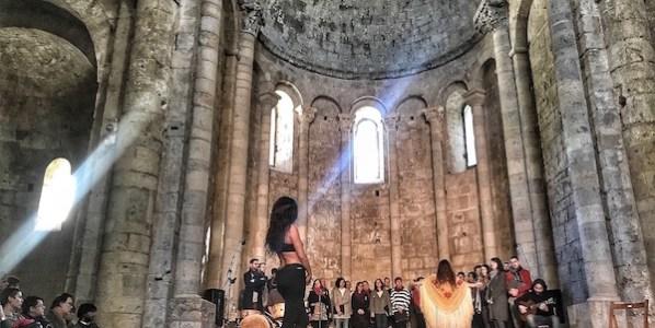 'Impulso' el espectáculo en construcción de la bailaora Rocío Molina y Silvia Pérez Cruz en el monasterio de San Pedro de Galligans en Girona. Foto: Manuel Cuéllar.
