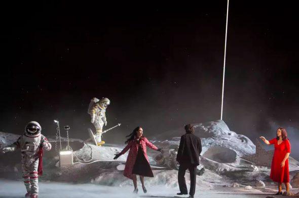 Una escena de La Bohème estelar de Claus Guth en la Opera de París. foto: Interior de la nave espacial en la propuesta de La Bohème de Claus Guth. foto: Bernd Uhlig.