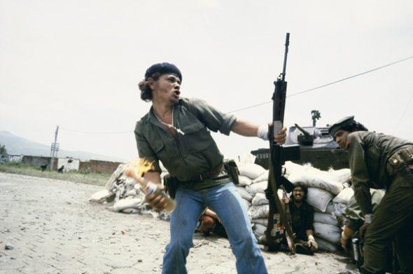 Susan Meiselas. Nicaragua. Esteli. 1979. Sandinistas a las puertas del cuartel general de la guardia nacional. 'El hombre Molotov'. Foto: Susan Meiselas / Magnum, 2017.