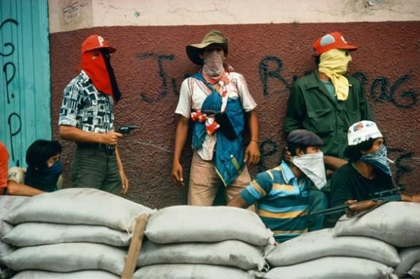Susan Meiselas. Muchachos esperan el contraataque de la Guardia Nacional en Matagalpa, Nicaragua. 1978. Foto: Susan Meiselas / Magnum Photos, 2017.