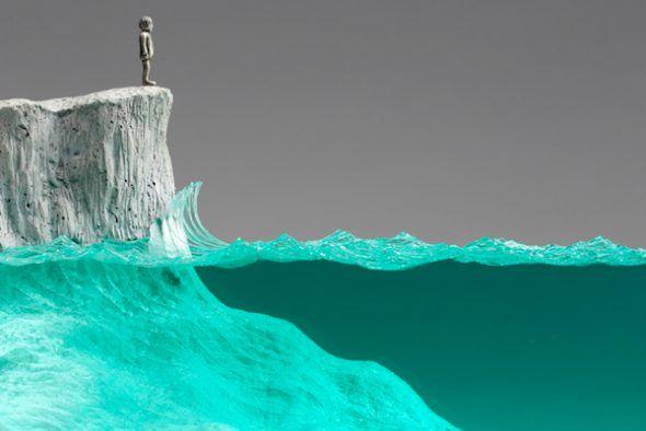 Detalle de la escultura de vidrio 'El observador' de Ben Young en la que el mar se ha realizado con vidrio flotado.
