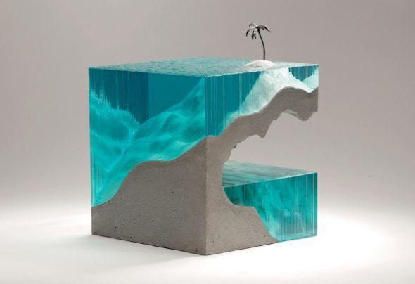 'Solitario', escultura de vidrio de Ben Young en la que el mar se ha realizado con vidrio flotado.