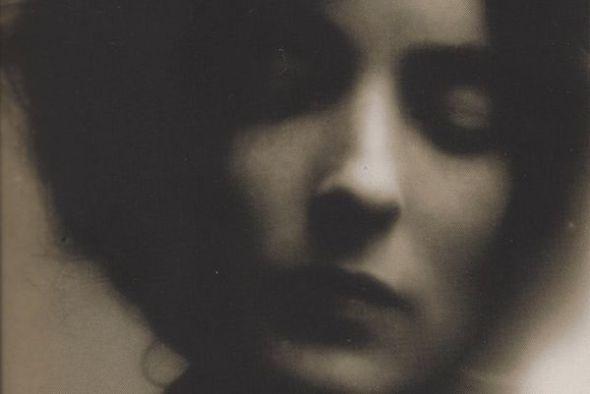 Fotografía de Mina Loy, autora del primer Manifiesto feminista y defensora de la deshinibición sexual femenina.