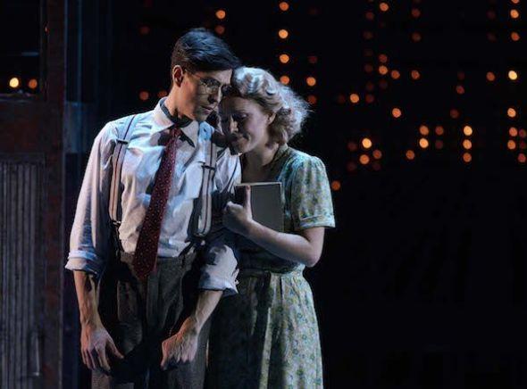 El tenor Joel Prieto y la soprano Mary Bevan con las luces de Broadway de fondo en un momento de Street Scene en el Teatro Real. Foto: Javier del Real.