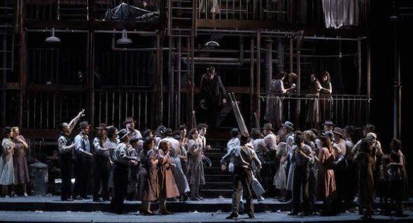 Una escena del segundo acto de Street Scene de Kurt Weill. Los vecinos se agolpan frente al edificio del número 346. Foto: Javier del Real.