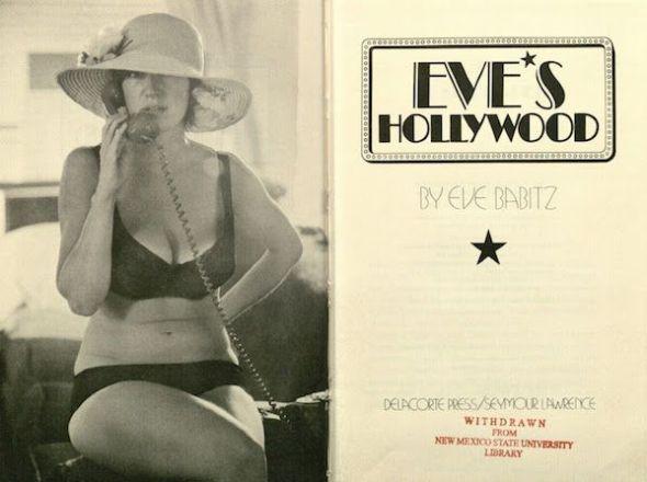 Fotografía de une ejemplar del libro Eve's Hollywood perteneciente a la biblioteca de la Universidad del Estado de Nuevo México, Estados Unidos.