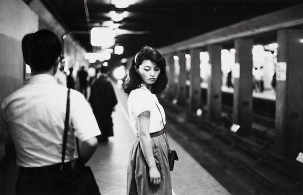 Ed van der Elsken Girl in the subway, Tokyo [Chica en el metro, Tokio], 1981. Copia a la gelatina de plata, 23,7 x 30,9 cm. Nederlands Fotomuseum / © Ed van der Elsken / Collection Stedelijk Museum Amsterdam.