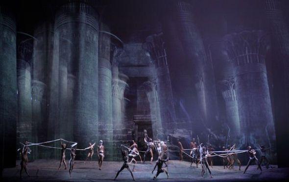 Una escena de la versión revisada de 'Aida' que inauguró la temporada 1998-99 del Teatro Real. Foto: Javier del Real.