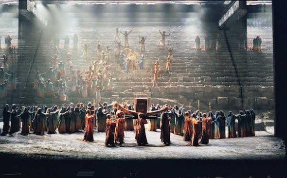 Una escena de la versión de Aida que inauguró la temporada 1998-99 del Teatro Real. Foto: Javier del Real.