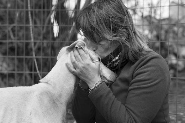 Susana, el alma de Equipo Rescate Animal, con uno de los perros a los que le ha salvado la vida. Foto: Emilio Cuenca.