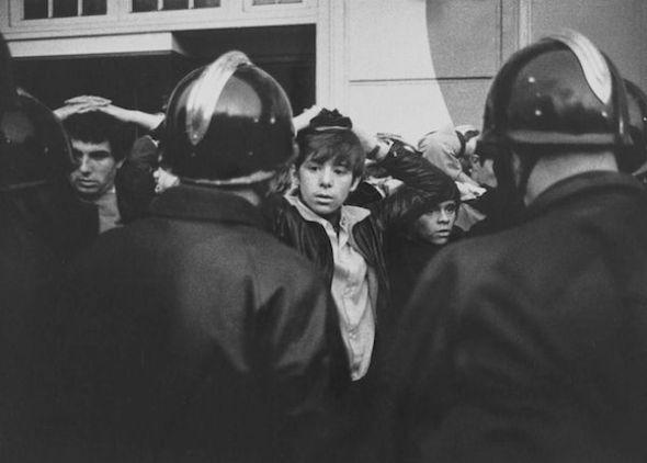 Plaza de La Bastilla de París en 1968. Manifestantes con las manos en la cabeza al ser detenidos durante las protestas. Foto: Jean Marquis.